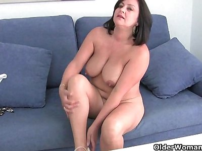 Mature mommy with big funbags gets finger smashed
