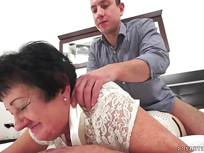 Mischievous grandma penetrated after rubdown